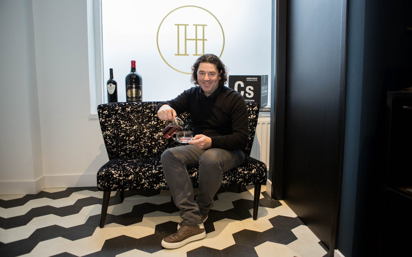 Harrie Baas van Harries Wine & Deli aan de Hoogstraat in Rotterdam foto's Emiel Meijer